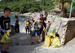 Učenici skupljaju otpad